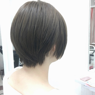 大人かわいい ショートボブ ナチュラル アッシュグレージュ ヘアスタイルや髪型の写真・画像