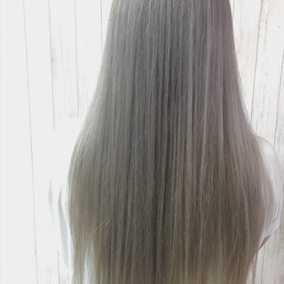 ヘアカラー ストレート シルバーアッシュ エレガント ヘアスタイルや髪型の写真・画像