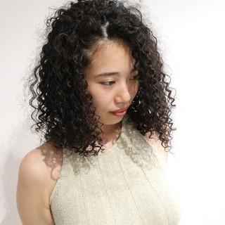 外国人風 暗髪 スパイラルパーマ ミディアム ヘアスタイルや髪型の写真・画像