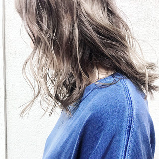 セミロング アンニュイ ハイライト アウトドア ヘアスタイルや髪型の写真・画像 ヘアスタイルや髪型の写真・画像