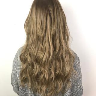ベージュ ガーリー エクステ 巻き髪 ヘアスタイルや髪型の写真・画像
