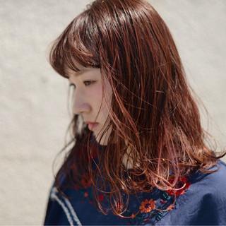 セミロング ピンク レッド ワイドバング ヘアスタイルや髪型の写真・画像