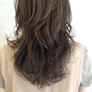 スモーキーカラー ハイライト ウェーブ ナチュラル ヘアスタイルや髪型の写真・画像