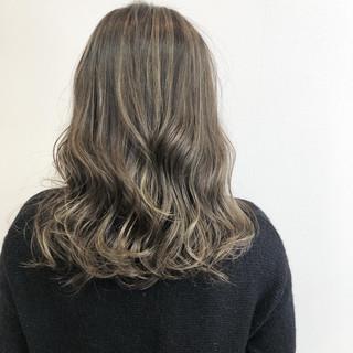 ヘアカラー 大人ハイライト アッシュグレージュ ミディアム ヘアスタイルや髪型の写真・画像