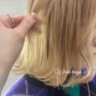 ミルクティーベージュ アッシュベージュ ブロンドカラー ホワイトアッシュ ヘアスタイルや髪型の写真・画像