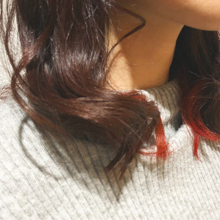 ミディアム インナーカラー レッド ストリート ヘアスタイルや髪型の写真・画像