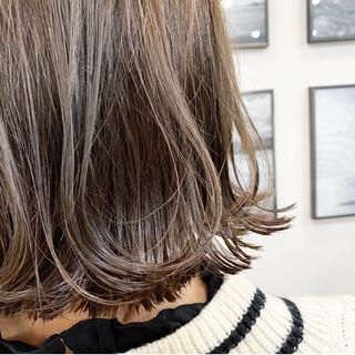 切りっぱなしボブ ボブ ミルクティーベージュ ハイトーン ヘアスタイルや髪型の写真・画像
