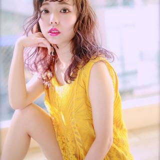 外国人風 グラデーションカラー セミロング くせ毛風 ヘアスタイルや髪型の写真・画像