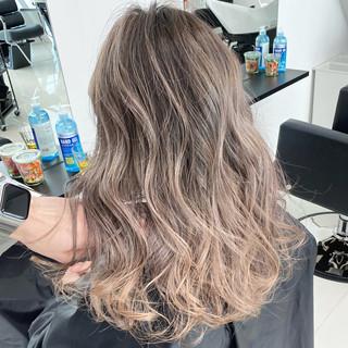 ミルクティーベージュ グラデーションカラー エアータッチ ミディアム ヘアスタイルや髪型の写真・画像