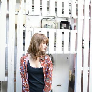 ミディアム グレージュ アッシュ ルーズ ヘアスタイルや髪型の写真・画像