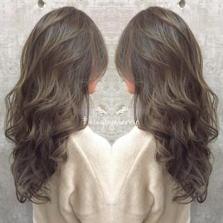 ミルクティーベージュ グラデーションカラー グレージュ ロング ヘアスタイルや髪型の写真・画像