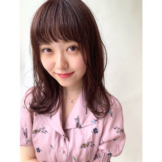 ゆるふわパーマ ピンクアッシュ フェミニン ピンクブラウン ヘアスタイルや髪型の写真・画像