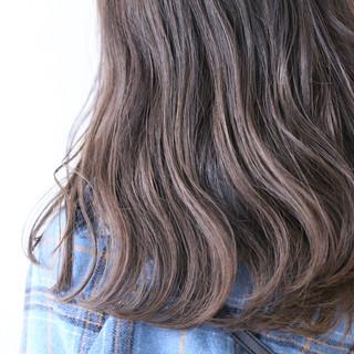 バレイヤージュ ハイライト セミロング ナチュラル ヘアスタイルや髪型の写真・画像