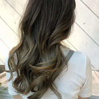 ロング ツヤ髪 グレージュ ハイライト ヘアスタイルや髪型の写真・画像