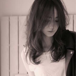 セミロング パーマ アッシュ フェミニン ヘアスタイルや髪型の写真・画像