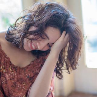 ミディアムヘアはウェーブで華やかに♡波打つウェーブが美しいヘアスタイル集