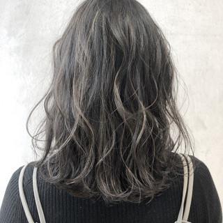 ナチュラル ブリーチオンカラー ミディアム アッシュグレージュ ヘアスタイルや髪型の写真・画像