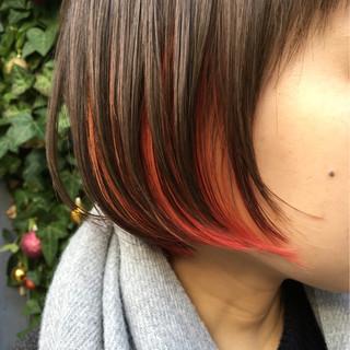 インナーカラー デート レッド フェミニン ヘアスタイルや髪型の写真・画像