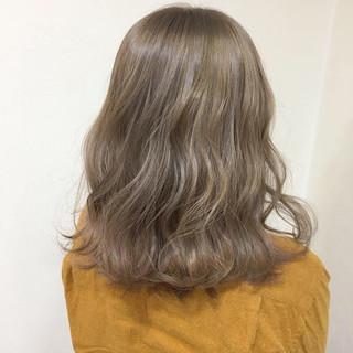 ミディアム ガーリー ハイライト アッシュベージュ ヘアスタイルや髪型の写真・画像