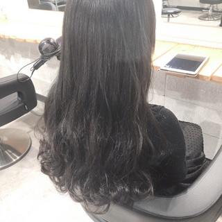 ロング アッシュグレー パーマ ナチュラル ヘアスタイルや髪型の写真・画像