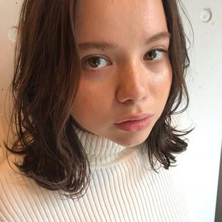 ミディアム フェミニン レイヤーカット ウェーブ ヘアスタイルや髪型の写真・画像