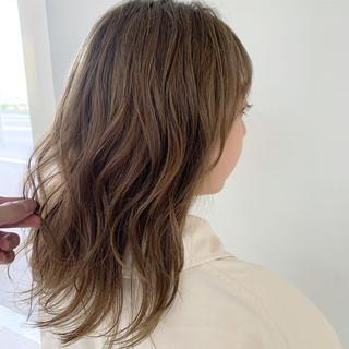 アンニュイほつれヘア ミルクティーベージュ セミロング ナチュラル ヘアスタイルや髪型の写真・画像