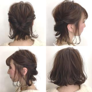 ヘアアレンジ 外ハネ アッシュグレージュ くるりんぱ ヘアスタイルや髪型の写真・画像