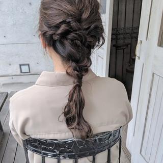 ダウンスタイル ローポニーテール 波巻き アッシュベージュ ヘアスタイルや髪型の写真・画像
