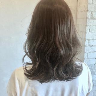 イルミナカラー セミロング アッシュグレージュ 外ハネ ヘアスタイルや髪型の写真・画像