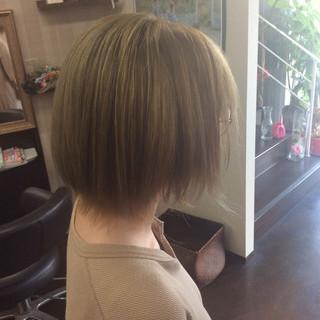 ショート ガーリー ダブルカラー ミルクティー ヘアスタイルや髪型の写真・画像