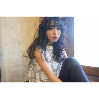 暗髪 ゆるふわ 黒髪 シースルーバング ヘアスタイルや髪型の写真・画像