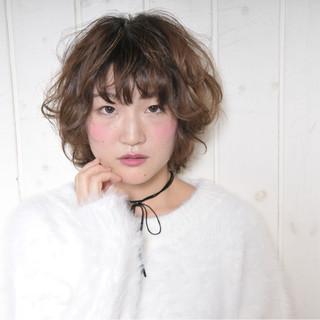 パーマ ミルクティー フリンジバング ガーリー ヘアスタイルや髪型の写真・画像