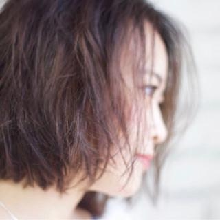 ウェットヘア センターパート ニュアンス ナチュラル ヘアスタイルや髪型の写真・画像