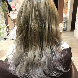 上品 グレージュ ロング ハイトーン ヘアスタイルや髪型の写真・画像