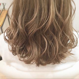 ミルクティーベージュ ブリーチ ブラウンベージュ ハイトーンカラー ヘアスタイルや髪型の写真・画像