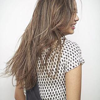 外国人風カラー グラデーションカラー グレージュ ツヤ髪 ヘアスタイルや髪型の写真・画像