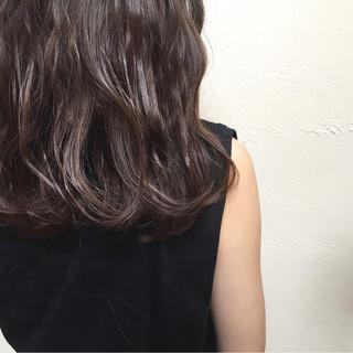 暗髪 アッシュ ハイライト ミディアム ヘアスタイルや髪型の写真・画像