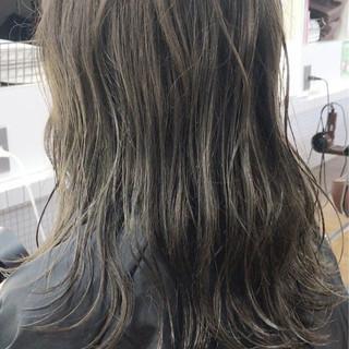 セミロング グレージュ ナチュラル ウェットヘア ヘアスタイルや髪型の写真・画像 ヘアスタイルや髪型の写真・画像