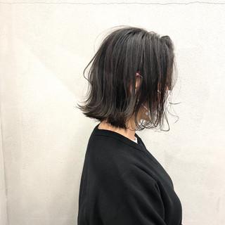 オリーブグレージュ 切りっぱなしボブ オリーブアッシュ ナチュラル ヘアスタイルや髪型の写真・画像