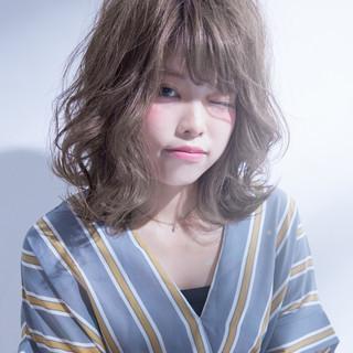 外国人風 ミディアム ハイトーン フェミニン ヘアスタイルや髪型の写真・画像