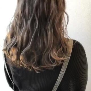 ベージュ 波ウェーブ エレガント ロング ヘアスタイルや髪型の写真・画像