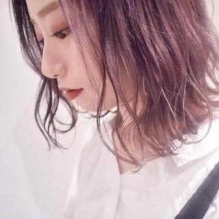 フェミニン ラズベリーピンク ピンクベージュ 切りっぱなしボブ ヘアスタイルや髪型の写真・画像