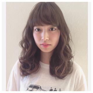 外国人風 セミロング ウェーブ 暗髪 ヘアスタイルや髪型の写真・画像