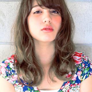 グレージュ くせ毛風 ナチュラル 外国人風 ヘアスタイルや髪型の写真・画像