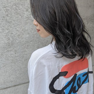 アッシュ グレージュ ナチュラル センターパート ヘアスタイルや髪型の写真・画像