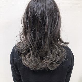 アッシュベージュ グラデーションカラー セミロング グレージュ ヘアスタイルや髪型の写真・画像