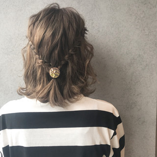 簡単ヘアアレンジ ボブ フェミニン グレージュ ヘアスタイルや髪型の写真・画像