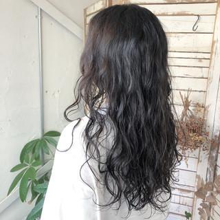 ロング 黒髪 ナチュラル パーマ ヘアスタイルや髪型の写真・画像