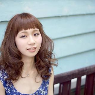 ミディアム フェミニン リラックス パーマ ヘアスタイルや髪型の写真・画像