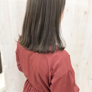 グレージュ グレーアッシュ ミディアム ナチュラル ヘアスタイルや髪型の写真・画像